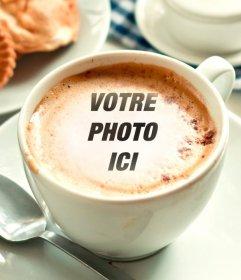 Photomontage de mettre votre photo dans une tasse de café de mousse