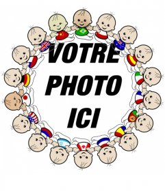 """La photo du cadre à bord d""""enfants de toutes nationalités avec leurs drapeaux"""
