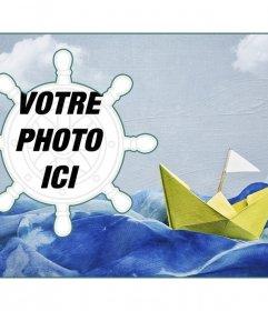 Collage marin avec un bateau en papier sur un fond de peinture et un cadre photo en forme de gouvernail