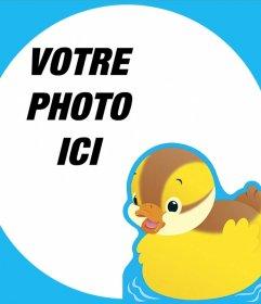 Cadre éditable avec un parfait canard jaune pour les photos de bébé