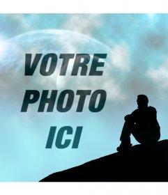 Créer un photomontage avec un paysage fantastique où vous pouvez voir un ciel bleu avec deux planètes et la silhouette dun homme sont assis en regardant le ciel où vous allez placer votre image