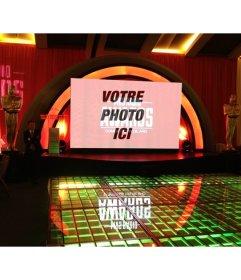Photomontage de MVS Radio Awards avec Oscars statues à côté de la scène et un grand écran pour placer une photo téléchargée en ligne
