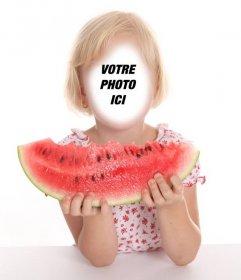 Photomontage dune petite fille blonde manger une pastèque Effet de