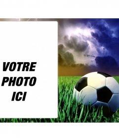 Sport cadre photo avec une photo dun ballon de football sur lherbe verte