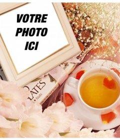Cadre photo avec des fleurs pour mettre votre photo de pétales de roses et une tasse de thé