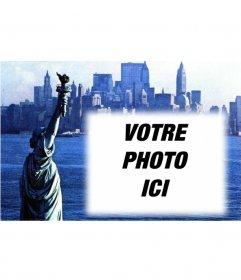 Personnalisable avec votre carte postale avec une vieille photo de la Statue de la Liberté et à New York de fond. Blue