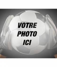 Ajouter une boule de football détenu par un gardien de but avec des gants à vos images