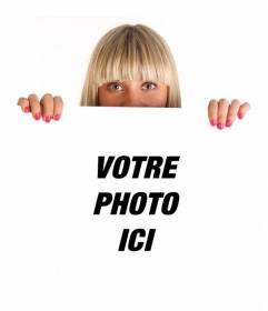 Photomontage avec une jeune fille blonde tenant une affiche dans laquelle vous pouvez placer votre photo