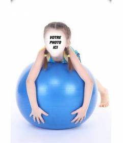 Photomontages en ligne dune jeune fille avec des tresses sur une boule bleue
