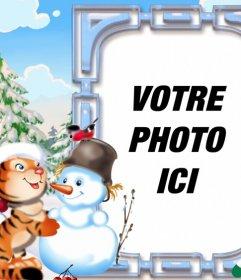 Carte postale de Noël pour enfants orné dun tigre jouant avec un bonhomme de neige