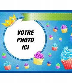 """Carte d""""anniversaire avec des petits gâteaux colorés et une couronne d""""or dans un cadre rond dans lequel vous pouvez placer une image et ajouter du texte"""