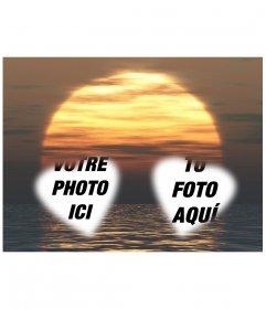 Carte personnalisable avec deux photos en forme de cœur avec un coucher du soleil et le fond marin